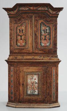 SKÄNKSKÅP, ALLMOGE. Dalarna, 1700-talets senare del. Framtagen originalfärg. Ådringsmålat med dekor av kurbits. Brutet krön. Utskjutande nederdel. Längd 126, bredd 55, höjd 219 cm.