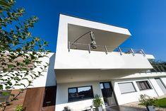 Balkon mit freischwebenden Charakter. #flachdachhaus #flachdach #einfamilienhaus #steiermark #lieb #massivhaus #ziegelmassivhaus #balkon #wohnen #traumhaus #wohlfühlen #ziegelhaus Style At Home, Mansions, House Styles, Outdoor Decor, Home Decor, Roof Pitch, Detached House, Build House, Balcony