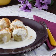 Knedle serowe ze śliwkami i otrębami owsianymi w sosie jogurtowym z cynamonem