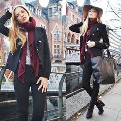 Vibrant scarves x dark blazers x skinny black denim Student Fashion, College Fashion, Fall Winter Outfits, Autumn Winter Fashion, Military Chic, Winter Stil, Cold Weather Fashion, Fashion Seasons, Outerwear Women
