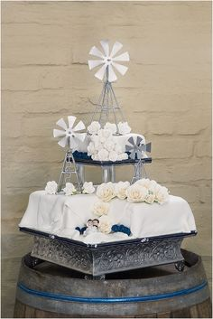 Martin en Nita se windpomp toukoek by hul selfdoen plaastroue | Martin & Nita's windmill inspired wedding cake at their do it yourself farm wedding.