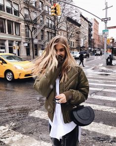 Shared by 𝐚𝐥𝐥𝐮𝐧𝐚𝐫𝐞. Find images and videos about girl, city and new york on We Heart It - the app to get lost in what you love. Nyc Pics, Top Imagem, New York Pictures, Foto Pose, Street Style, Photo Instagram, Disney Instagram, New York Travel, Picture Poses
