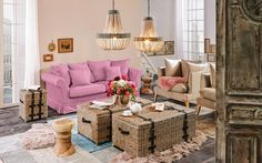 Dieses Sofa von AMBIA HOME verzaubert mit märchenhafter Ausstrahlung. Dank der geschwungenen Formen sowie der traumhaften Optik in dezentem Rosa sieht das Polstermöbel außergewöhnlich chic aus. Verleiht eurem Wohnzimmer mit diesem Möbel einen einzigartigen Charme!