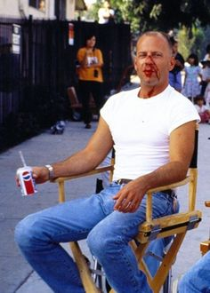 "Bruce Willis on set break during the production of Quentin Tarantino's ""Pulp Fiction"" Pulp Fiction, Film Science Fiction, Bruce Willis, Love Movie, Movie Stars, Movie Tv, Tarantino Films, Quentin Tarantino, The Greatest Showman"