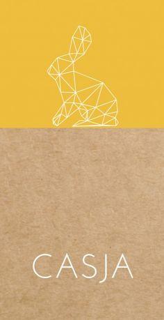 Uniek modern langwerpig geboortekaartje met een geel vlak op een kraft karton look achtergrond en een hip geometrisch konijntje.