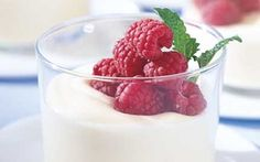 Valkosuklaamousse ja marjoja Death By Chocolate, Chocolate Ice Cream, Cherry Ice Cream, Munnar, Fika, Dessert Recipes, Desserts, Truffles, Fudge