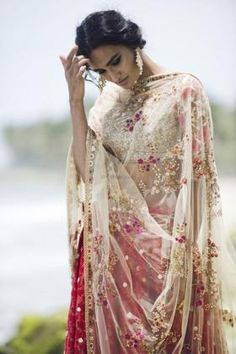 The most unique & gorgeous lehenga dupatta draping styles that'll amp up your entire wedding look. Learn how to drape lehenga dupatta in different styles. Easy and simple ways to drap a lehenga dupatta to look more stylish. Sabyasachi Lehenga Bridal, Bridal Dupatta, Floral Lehenga, Red Lehenga, Pakistani Bridal, Lehenga Dupatta, Silk Dupatta, Lehenga Designs, Choli Designs