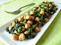 Espinacas con garbanzos. Receta tradicional de la gastronomía Sevilla, que se suele servir como tapa o primer plato.