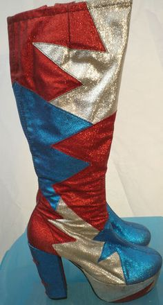 Glam Rock Glitter Boots:đây là một trong những đôi giày  được ưa chuộng vào những năm 1970s  đó là sự ảnh hưởng của màu sắc  ,nhạc, glam rock