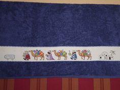 Risultati immagini per toallas navideñas Cross Stitch Borders, Cross Stitching, Christmas Cross, Blackwork, Nativity, Diy Crafts, Scrapbook, Crochet, Reyes