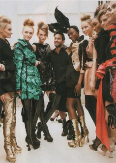 Marc Jacobs backstage with his models at Louis Vuitton Fall 2009 Haute Couture Outfits, Couture Fashion, High Fashion, Mens Fashion, Street Fashion, Haute Couture Designers, Runway Makeup, Backstage, Editorial Fashion