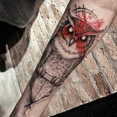 Tatuagem feita por Lucas Martinelli de São Paulo. Coruja com rosto pintado de vermelho no braço.