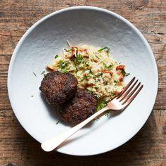 En krämig risotto med vitt vin, kantareller och riven parmesan. Förstärk svampsmaken med svampbuljong eller kantarellfond. Kantarellrisotton passar utmärkt som tillbehör till vilträtter, med en sallad eller att bara äta som den är.