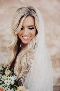 Simple veil + loose waves + neutral lips | Image by Eden Strader Photography