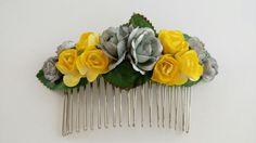 Tocado de flores amarillas y plateadas montado sobre peineta // Yellow and silver headdress flowers mounted comb