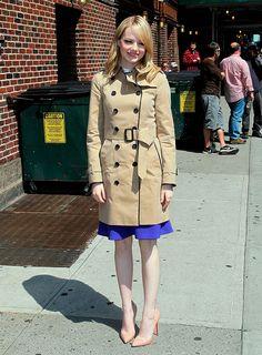 Tendencias verano 2013 trench coats abrigos lluvias - Emma Stone