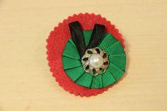 BROCHE BOTÓN -  Broche con base de fieltro roja, cinta plisada verde y botón con perla. Precio. € 6