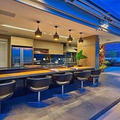 Ambiente mais que aconchegante nesta cobertura maravilhosa.Cadeiras giratórias para valorizar este espaço Gourmet http://www.tomsobretom.com.br