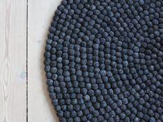 Charcoal Grey er et helt simpelt og klassisk kugletæppe i den meget mørke koksgrå. Hvis der mangler lidt hygge på det lyse trægulv, så kan Charcoal Grey være det rette valg for dig. Grundet dets mørke farve er  detoplagt til entreen.