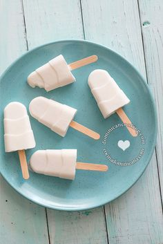 Paletas de Coco Recipe (Coconut Popsicles): a very delicious dessert that requires no cooking and one that even your children can prepare. Frozen Desserts, Frozen Treats, Just Desserts, Dessert Recipes, Refreshing Desserts, Delicious Desserts, Yummy Food, Coconut Popsicles, Popsicle Recipes