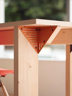 Prachtige manier van het Japanse design bureau om een strakke meubel te maken. Naast  bijvoorbeeld berken multiplex ook mogelijk met lokaal hout