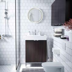Pieni valkoinen kylpyhuone, jossa LILLÅNGEN-allas ja mustanruskeat seinäkaapit.