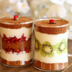 A delicious dessert for two that can easily be adj Yummy Appetizers, Appetizer Recipes, Mini Dessert Cups, Dessert Shots, Pastry Cake, Turkish Recipes, Desert Recipes, Chocolate Desserts, Jars