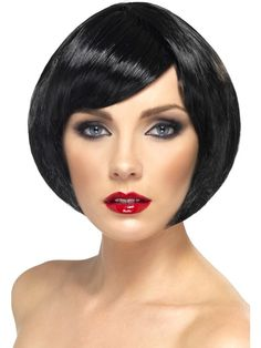 Peruka Babe w kolorze czarnym, wykonana ze sztucznych włosów do ramion. Doskonały dodatek do stroju karnawałowego oraz na imprezę w stylu lat 20-tych.
