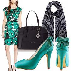 Vestito a fiori verde smeraldo da abbinare con adorabili scarpe dello stesso…