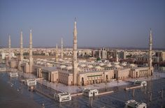 Al-Masjid al-Nabawi, Medina, Arabia Saudita Travel To Saudi Arabia, Masjid Al Haram, Geography For Kids, Riad, Beautiful Mosques, Dubai City, Islamic Architecture, Madina, Historical Sites