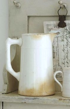White pitcher with patina! White Dishes, White Pitchers, Vintage Accessoires, Photo Deco, Vintage Roses, Shabby Vintage, Shades Of White, Stoneware, Tea Pots