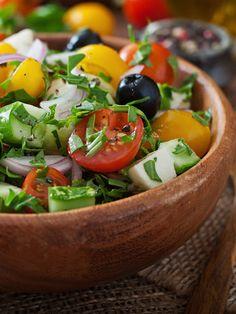 Salat ist langweilig? Stimmt nicht! Mit dieser Kombination aus frischen Tomaten, Gurken, Oliven und würzigem Feta holen wir uns das