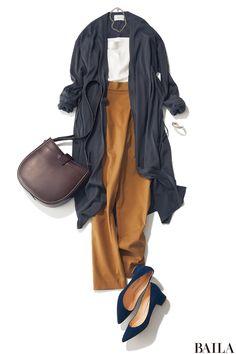 きれいめパンツカジュアルで通勤したい日は、トップスに女っぽいアイテムを選んでバランス調節を。トレンドのホワイトオフショルトップス×ロングカーディガンなら、胸元の今っぽい開き感と揺れるカーデの裾がレディな印象を格上げしてくれます。足元は、カーデとリンクした色のパンプスでリンク感を出・・・