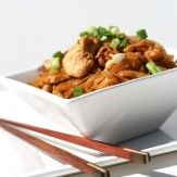 [CORÉENNE]   La cuisine coréenne peut être assimilée sans conteste à la grande famille asiatique. Elle est composée de riz, de sauce de soya (kanjang), de pâte de soya fermentée, de saumure de poisson… avec des parfums de piment rouge, de gingembre, de sésame et de ciboule. Élue « Petite Chine » pendant des siècles, envahie par les hordes mongoles, annexée deux fois au Japon, elle a acquis la sagesse de l'œil et des harmonies. Mais la Corée a aussi sa touche personnelle, sa signature culinai...