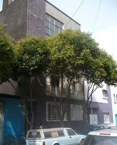 La casa de amigo en Mexico City. Pequena, verde, y los coches
