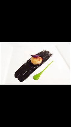 Capasanta su emulsione di maionese al nero di seppia