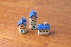 Tres casas miniatura azul cerámica pequeña casa rústica poca