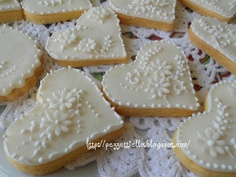 http://pezzettiello.blogspot.it/2011/08/biscotti-decorati-delicati.html