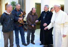 El modesto festejo de los 77 años del papa Francisco incluyó tango y mendigos