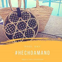 Próximo  Hermoso bolso Nudillo, toma su nombre por el tipo de tejido en flor de nudillo, hecho con palma teñida en negro y en color natural diseñado en fibras naturales de palma de iraca producto artesanal 100% hecho a mano en Usiacuri Atlantico Straw Bag, Creative, Flower, Types Of Tissue, Tejidos, Straws, Knots, Community, Business