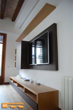 mueble saln con panel pared a medida finca antigua con vigas de madera centro barcelona