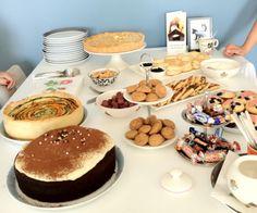 Een waar taartenfeest was het vandaag bij ons thuis. Taarten én cupcakes én allerlei ander lekkers. Op de foto zie je het grootste deel van het zoete onderdeel van deze high tea: Chocoladecake met ...