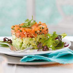 Probieren Sie das tolle Rezept für Lachstatar auf Kartoffel-Gurken-Salat. Das cremige Geheimnis dieser Vorspeise? Eine vollreife Avocado.