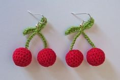 orecchini ciliegia uncinetto Crochet Bee, Crochet Flowers, Cherry Earrings, Simple Designs, Crochet Earrings, Bloom, Christmas Ornaments, Holiday Decor, Jewelry