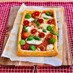 Puff Pastry Recipes Savory, Puff Pastry Pizza, Puff Pastry Sheets, Spinach Puffs Recipe, Pizza Tarts, Vegetarian Pizza, Vegetarian Recipes, Pastry Dishes, Quick Meals