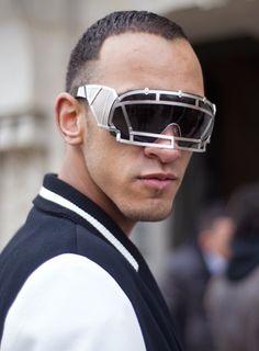 Retour vers le futur  En attendant le défilé Issey Miyake, certains n'ont pas hésité à sortir des lunettes ultra futuriste du placard.  Crédits : Sarah Aubel pour Be