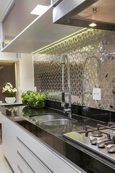 Apartamento Jundiaí: Cozinhas modernas por Designer de Interiores e Paisagista Iara Kílaris Farmhouse Kitchen Decor, Home Decor Kitchen, Interior Design Kitchen, Kitchen Ideas, Interior Ideas, Bathroom Interior, Luxury Interior, Luxury Kitchens, Cool Kitchens