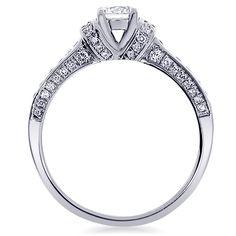 La bague Maha est un solitaire accompagné en or blanc et diamants. Il est disponible sur notre site Internet: http://www.zeina-alliances.com/bagues-de-fiancailles/3975-maha.html