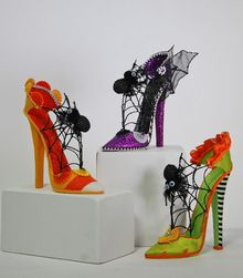 Do you want to surprise your family and friends this Halloween? How about a pair of cool witch shoes to place candy? Dulceros Halloween, Halloween Shoes, Adornos Halloween, Halloween Accessories, Outdoor Halloween, Holidays Halloween, Halloween Items, Witch Boots, Diy Halloween Decorations
