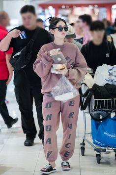 Pin Image by gatoloco Art Jeon Somi, Korean Airport Fashion, Korean Fashion, Kpop Fashion, Daily Fashion, South Korean Girls, Korean Girl Groups, Korean Winter, Simple Fall Outfits